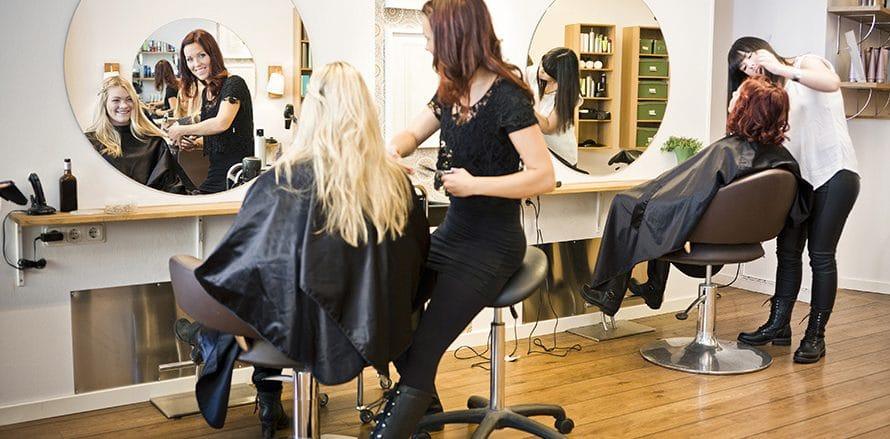 salon de coiffure, une femme coiffe une cliente