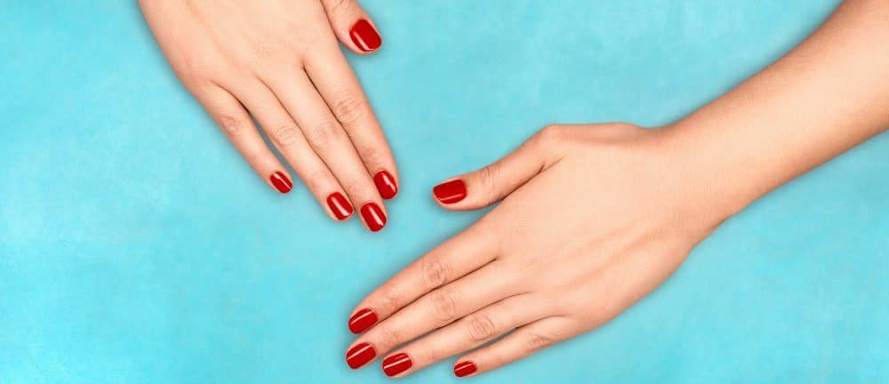 mains femme vernis semi-permanent rouge