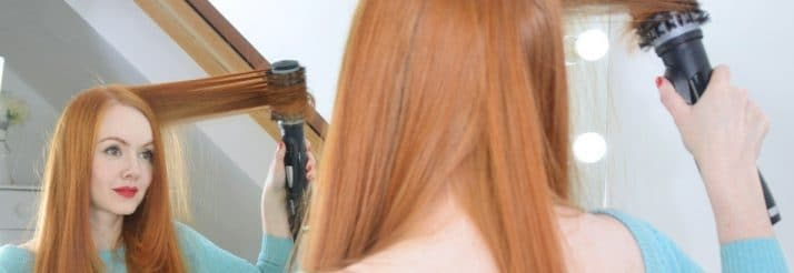 femme utilisant une brosse chauffante