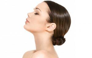 Femme avec une belle peau bénéficiant des soins du sauna facial