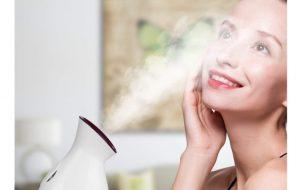 femme utilisant un sauna facial ionique