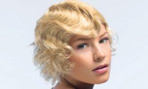 Femme avec une coupe de cheveux à crans Retro
