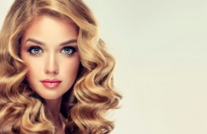 Jeune femme avec de jolies boucles