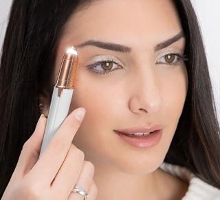 Jeune femme utilisant un épilateur sourcil de la marque Flawless