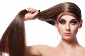 Femme avec de longs cheveux brillants