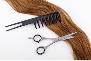 Utiliser les bons ciseaux pour se couper les cheveux avec la lune